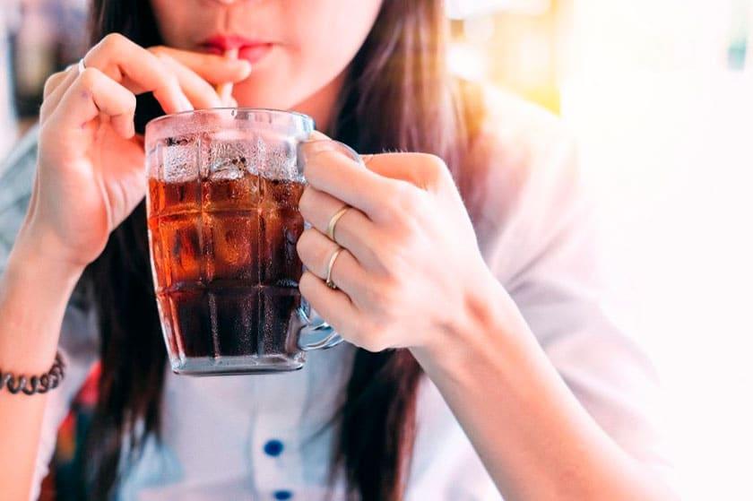 ¿Los refrescos pueden producir caries en nuestros dientes?
