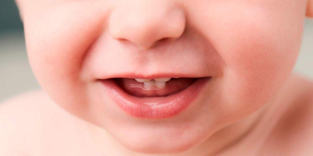 ¿Cómo y cuándo debo empezar a limpiar los dientes de mi bebé?