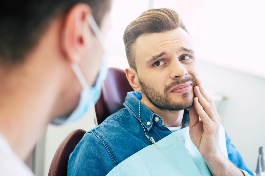 Encía inflamada alrededor del implante dental Cuáles son las causas?